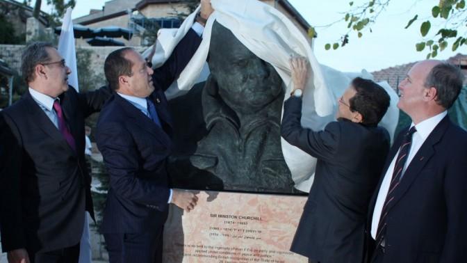 ראש עיריית ירושלים ונכדו של וינסטון צ'רצ'יל מסירים את הלוט מעל פסלו של המדינאי המפורסם, הניצב בפארק המשקיף על העיר העתיקה, אתמול (צילום: יואב ארי דודקביץ')