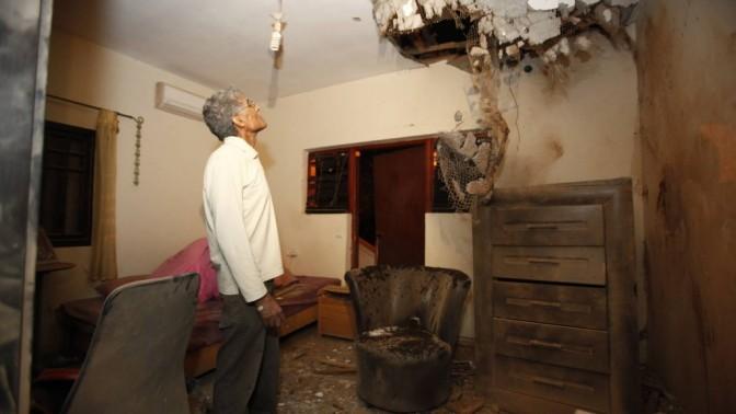 אזרח בוחן נזקי פגיעת קסאם בדירה בשדרות, אתמול (צילום: אדי ישראל)
