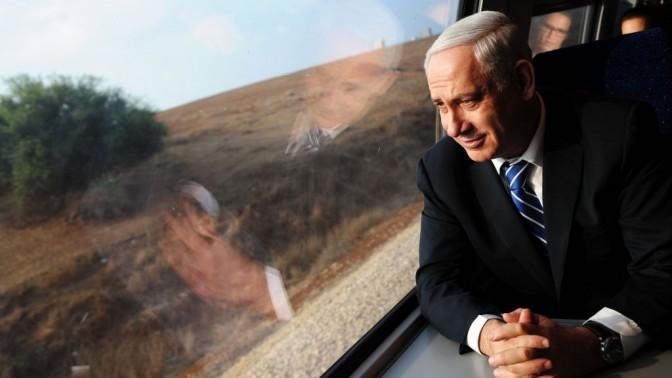 """ראש ממשלת ישראל בנימין נתניהו ברכבת הנוסעת לבאר-שבע (צילום: קובי גדעון, לע""""מ)"""