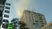 עשן עולה מהבניין שבו שוכנת תחנת טלוויזיה של חמאס, 18.11.12 (צילום מסך: RT)