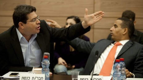 חברי-הכנסת אופיר אקוניס (משמאל) ויואל חסון בעת דיון על אודות ערוץ 10 בוועדת הכלכלה של הכנסת, 8.11.11 (צילום: דוד ועקנין)