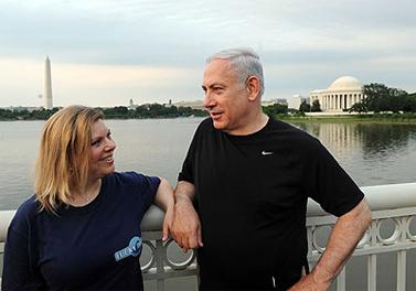 """ראש הממשלה ואשת ראש הממשלה נתניהו ב""""הליכת ערב ספורטיבית"""" בוושינגטון. 23.5.11 (צילום: לע""""מ)"""