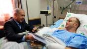 """ראש הממשלה בנימין נתניהו מעניק ספר לקצין הפצוע זיו שילוני, אתמול בבאר-שבע (צילום: קובי גדעון, לע""""מ)"""