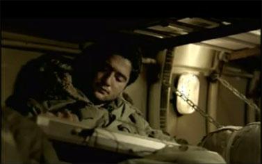 """חייל במוצב בופור מבצע את השיר """"אבות ובנים"""" בסרט """"בופור"""" (צילום מסך)"""