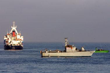 אחת מספינות המשט לעזה בזמן פשיטת חיל הים (צילום: מוטי מילרוד)