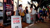 דוכן החתמה במאהל המחאה בשדרות רוטשילד בתל-אביב (צילום: ענבל & טניה)