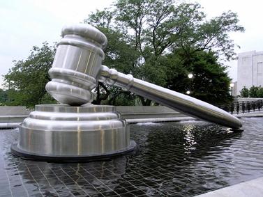 פסל מתכת בכניסה לבית-משפט באוהיו, ארצות-הברית (צילום: אנדרו סקוט, רשיון cc-by-nc-sa)