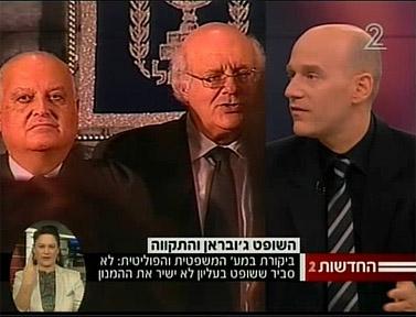 הכתב גיא פלג (מימין) מדווח במהדורת חדשות ערוץ 2 כי שופט ערבי לא שר את ההמנון הלאומי (צילום מסך)