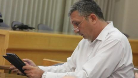 """עורך """"מעריב"""" ניר חפץ מעיין במחשב לוח בכנס לעיתונות דיגיטלית שנערך לאחרונה (צילום: עידו קינן, חדר 404)"""