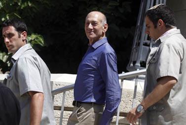 אהוד אולמרט יוצא מבית-המשפט המחוזי בתל-אביב, היום (צילום: ליאור מזרחי)
