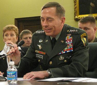 גנרל דייוויד פטראוס מעיד בפני הקונגרס (צילום: מייקל רוהל, אוניברסיטת ניו-מקסיקו, Talk Radio News Service, רשיון cc-by-nc-sa)