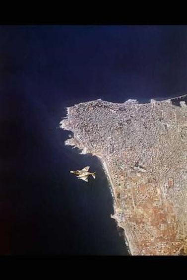 """מטוס קרב ישראלי מסוג פנטום מרחף מעל ביירות, במסגרת מבצע שלום-הגליל. לבנון, 21.8.82 (צילום: איתן הבר, לע""""מ)"""