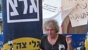 רינו צרור באולפן שידור ארעי בלב מאהל המחאה בשדרות רוטשילד (צילום: שוקי טאוסיג)