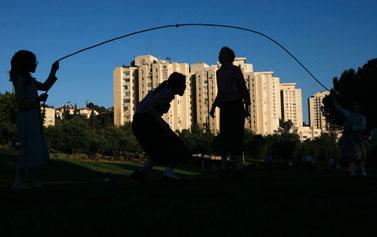 ילדים משחקים בחבל (צילום ארכיון)