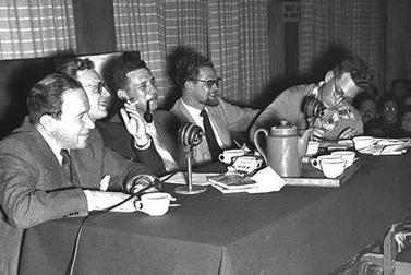 """שלום רוזנפלד, שני משמאל, עם צוות התוכנית """"שלושה בסירה אחת"""" (צילום: הנס פין, לע""""מ)"""