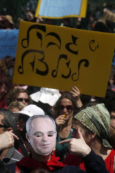 מסכת קרטון בדמותו של שר האוצר יובל שטייניץ, בהפגנה של עובדים סוציאליים מחוץ למשרד האוצר בירושלים, 27.3.11 (צילום: ליאור מזרחי)