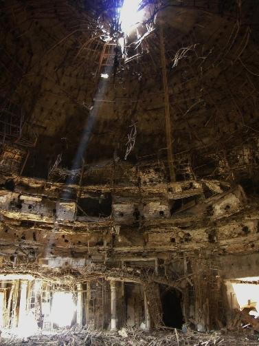 חור שפערה פצצה מפצחת בונקרים בארמון עיראקי (צילום: airborneshodan, רישיון CC BY-NC 2.0)