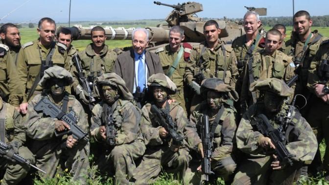 """הנשיא שמעון פרס והרמטכ""""ל בני גנץ בתרגיל צבאי ברמת-הגולן, אתמול (צילום: מרק ניימן, לע""""מ)"""