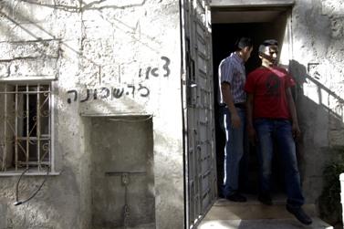 כתובת על קיר דירה שהוצתה בירושלים, שבה מתגוררים זרים (צילום: אורן נחשון)
