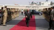 מחמוד עבאס בוחן משמר נשיאותי (צילום ארכיון: עיסאם רימאווי)
