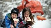 ילדים אוכלים מצות בחרמון, אתמול (צילום: אבישג שאר-ישוב)