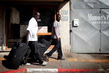דרום-סודאנים עוזבים את ביתם, אתמול (צילום: טלי מאייר)