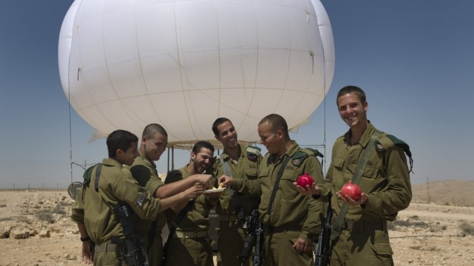 """חיילי צה""""ל טובלים תפוח בדבש על גבול ישראל-מצרים (צילום: צפריר אביוב)"""