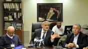שר הפנים אלי ישי, אתמול במסיבת עיתונאים. מימין: ראש מרכז השלטון המקומי שלמה בוחבוט (צילום: יואב ארי דודקביץ')