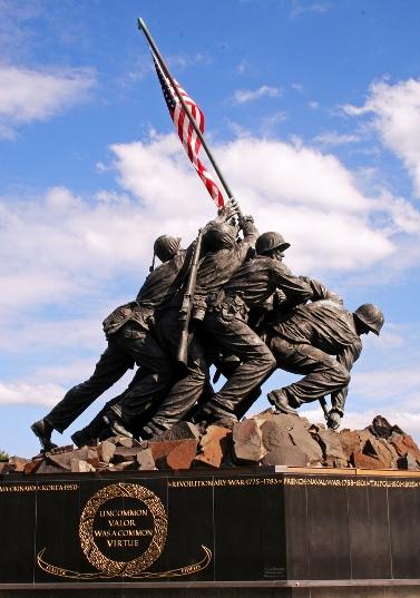אנדרטה לזכר הנפת הדגל האמריקאי באי איוו ג'ימה (צילום: Douglas Earl, רישיון CC BY-NC-SA 2.0)