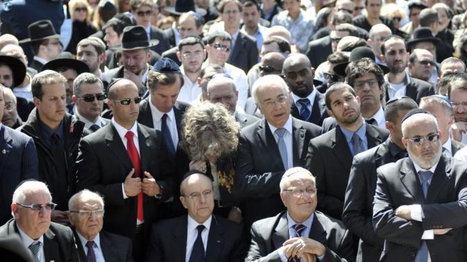 אבלים בהלוויית קורבנות הירי בטולוז (צילום: יואב ארי דודקביץ')