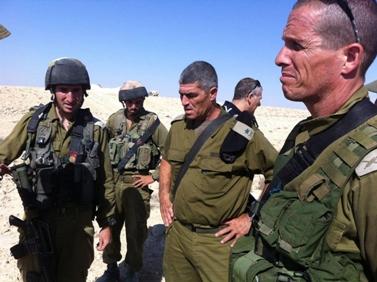 """אלוף פיקוד דרום, טל רוסו (במרכז), שלשום בגבול עם מצרים (צילום: דובר צה""""ל)"""