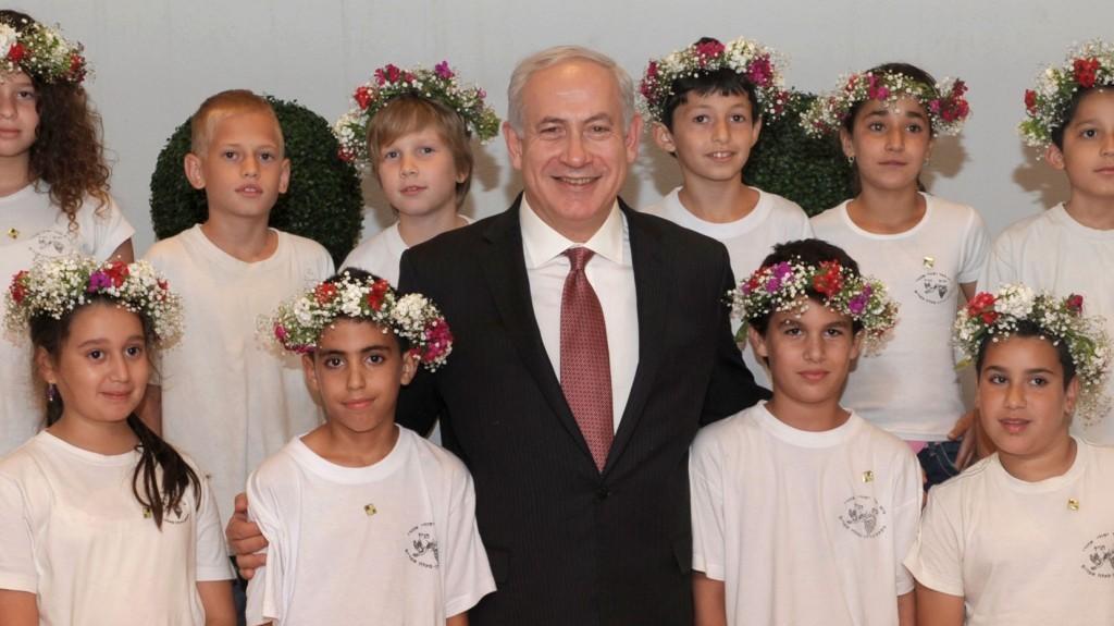 """בנימין נתניהו, ראש ממשלת ישראל, מארח ילדים לקראת חג שבועות (צילום: משה מילנר, לע""""מ)"""