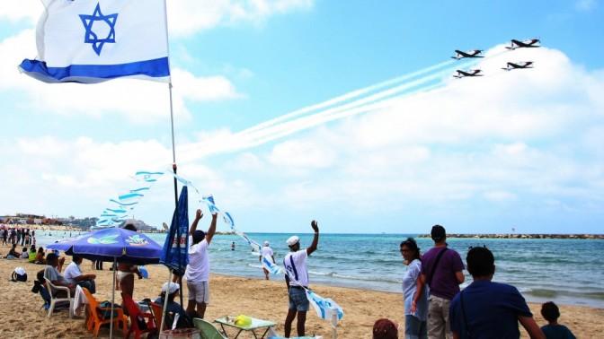 ישראלים צופים במטס חיל האוויר מחוף ימה של תל-אביב, אתמול (צילום: רוני שיצר)