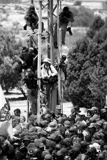 """סיקור בחסות צה""""ל: נווה דקלים, 16 באוגוסט 2005 (צילום: אוריאל סיני)"""