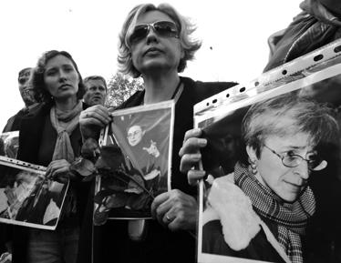 התכנסות לזכרה של פוליטקובסקיה מול השגרירות הרוסית בקייב (צילום: רויטרס)