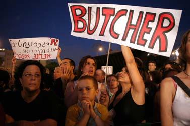 הפגנה נגד עסקת הטיעון עם משה קצב. 30 ביוני, תל-אביב (צילום: מאיה לוין)