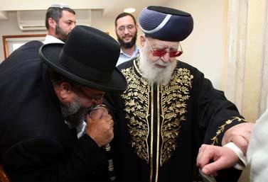הרב עובדיה יוסף בביתו בירושלים (צילום: פלאש 90)