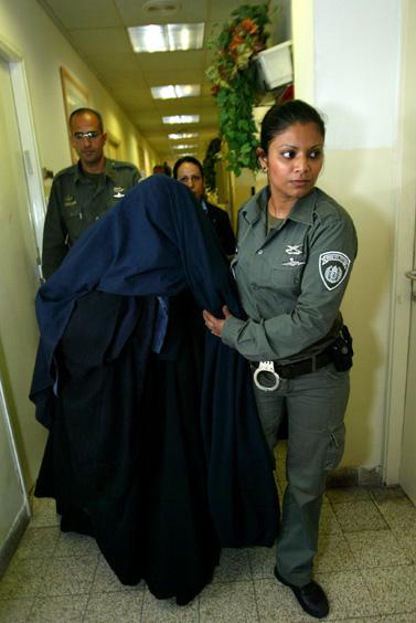 האם החשודה בהתעללות. בית-משפט השלום בירושלים, 25 במרץ (צילום: פלאש 90)