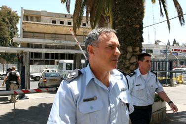 הניצבים יוחנן דנינו ויואב סגלוביץ' בדרכם לפגישה בנושא חקירות אולמרט עם היועץ המשפטי לממשלה מני מזוז. 29 במאי 2008 (צילום: אנה קפלן)