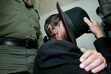 בעלה של האם החשודה בהתעללות מבית שמש, מובא לבית המשפט בירושלים (צילום: פלאש 90)