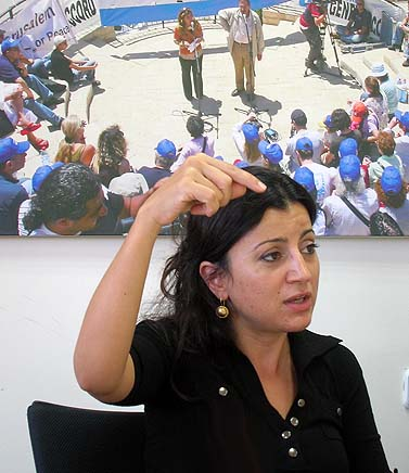 """תגריד אל-חודארי, כתבת ה""""ניו-יורק טיימס"""" בעזה, במפגש עם עיתונאים ישראלים בתל-אביב (צילום: """"העין השביעית"""")"""