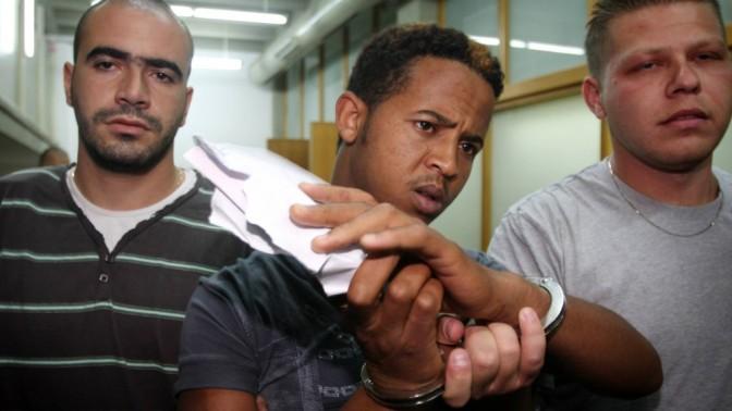 אחד החשודים באונס נערה בדרום תל-אביב ביום העצמאות, בבית-המשפט המחוזי בעיר. 15.5.12 (צילום: רוני שיצר)