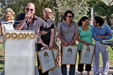 """יוצרי הסרט """"עג'מי"""" מקבלים את פרס וולג'ין בפסטיבל הקולנוע ירושלים. 16.7.09 (צילום: מתניה טאוסיג)"""