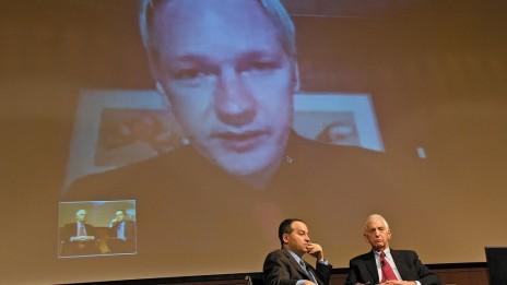 """דניאל אלסברג, חושף """"מסמכי הפנטגון"""" (מימין), בשיחת וידיאו עם ג'וליאן אסאנג'. 3.6.10 (צילום: JD Lasica, רשיון cc)"""