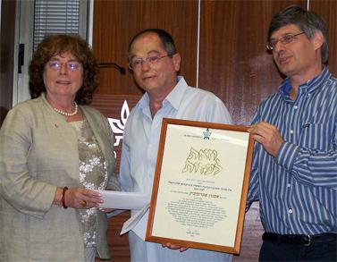 """העיתונאי אמנון אברמוביץ' (במרכז) בטקס קבלת פרס למצוינות ולמקצוענות בעיתונות הישראלית. אוניברסיטת תל-אביב, 7.6.2010 (צילום: """"העין השביעית"""")"""