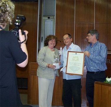 """אמנון אברמוביץ' מקבל פרס למצוינות ולמקצוענות בעיתונות. אוניברסיטת תל-אביב, 7.6.10 (צילום: """"העין השביעית"""")"""