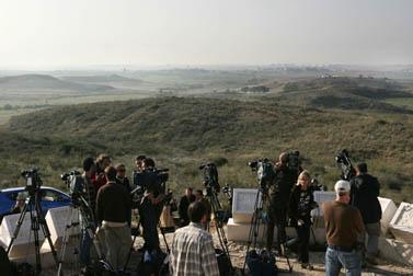 עיתונאים זרים מתאספים על גבעה ליד שדרות הצופה לרצועת עזה. ינואר 2009 (צילום: קובי גדעון)