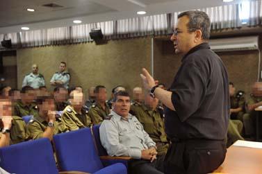 """שר הביטחון אהוד ברק והרמטכ""""ל גבי אשכנזי מבקרים בבסיס של חיל הים. 2.6.10 (צילום: אריאל חרמוני, פלאש 90)"""