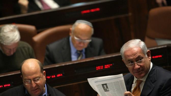 ראש הממשלה בנימין נתניהו אוחז בעיתון (צילום: קובי גדעון)