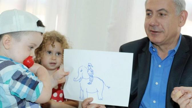 """ראש הממשלה בנימין נתניהו מבקר בגן ילדים ברחובות, אתמול (צילום: עמוס בן-גרשום, לע""""מ)"""